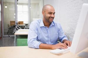 Geschäftsmann mit Computer am Schreibtisch