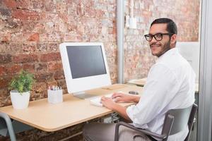 Geschäftsmann mit Computer am Schreibtisch foto