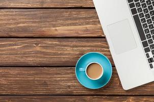 Tasse Kaffee und Laptop foto