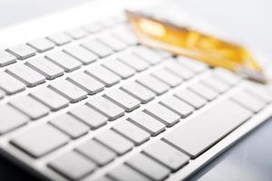 Kreditkarte auf einer Computertastatur foto