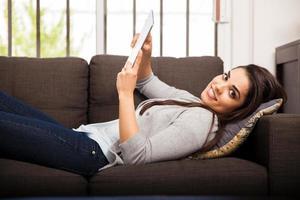 lateinamerikanisches Mädchen mit einem Tablet-Computer foto