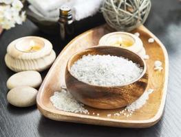 Spa Meersalz Einstellung mit Lavendel, Aromatherapie Kerzen und Ess foto