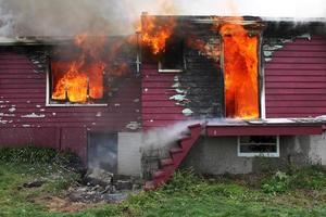 verlassenes Haus in Flammen