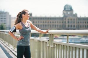Porträt der Fitnessfrau in der Stadt, die in die Ferne schaut foto