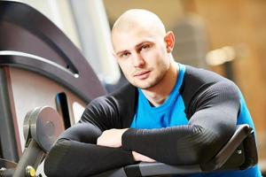 männlicher Fitnesstrainer im Fitnessstudio foto