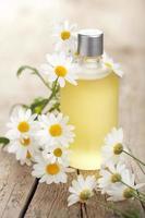 ätherisches Öl und Kamillenblüten foto