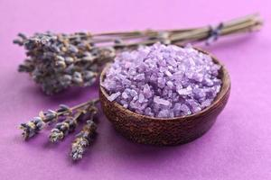 Meersalz und getrockneter Lavendel foto