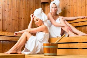 Frauen im Wellness-Spa genießen Sauna-Infusion foto