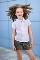 Porträt des kleinen Mädchens draußen im Sommer