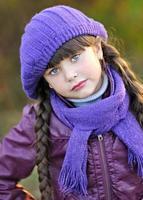 Porträt eines schönen Mode kleinen Mädchens foto