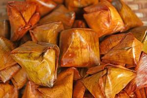 Gefüllte Teigpyramide Dessert foto