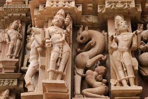 indische religiöse Symbole auf Tempeln in Khajuraho foto