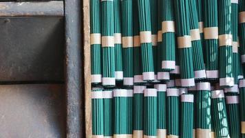 grüne Räucherstäbchen in Japan foto