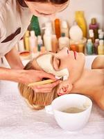 Ton Gesichtsmaske im Beauty Spa foto