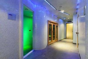modernes Spa mit bunten Lichtern foto