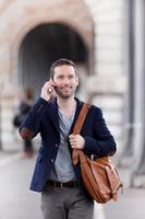 junger attraktiver Mann mit Smartphone in Paris