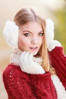 Porträt der hübschen wunderschönen Frau in Ohrenschützern.