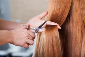 Friseur schneidet Haare foto