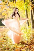 attraktive Frau. Herbst, Herbst gelbe Blätter.