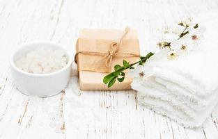 Kirschblüte und handgemachte Seife foto
