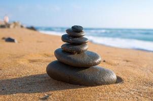Zen-Komposition am roten Strand. Kreta-Insel, Griechenland.