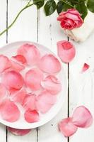 Rosenblätter in einer Schüssel mit Wasser foto