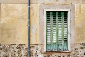 grüne Fensterscheibe und gerenderte Wand foto