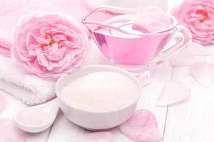 Meersalz und ätherische Öle, rosa Tee Rosenblüte. Spa foto