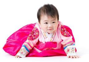 koreanisches kleines Mädchen kriechen foto