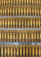 viele goldene Statue von Guan Yin foto