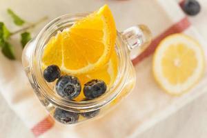 gesundes Thermalwasser mit Früchten foto