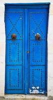 blaue gealterte Tür mit Verzierung von Sidi Bou sagte foto