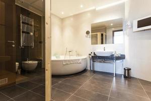 Innenraum eines modernen geräumigen Badezimmers