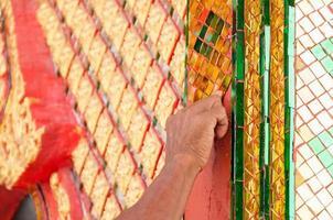 Hand des Bildhauers machen einen traditionellen thailändischen Stil foto