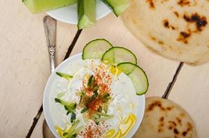 arabischer Ziegenjoghurt und Gurkensalat aus dem Nahen Osten foto