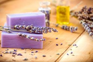 Lavendelseife und Öle auf einem Holztisch