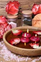 Spa-Konzept mit Rosen, rosa Salz und Kerzen foto
