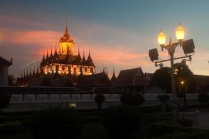 Szenerie der Dämmerung im Wat Rat Natda Ram Worawihan Kloster.