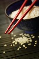 Schüssel Reis und Stäbchen foto