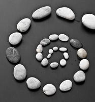 Spirale aus Steinen foto