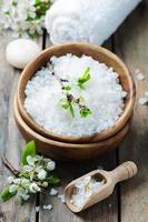 weißes Salz und Blumen für die Spa-Behandlung