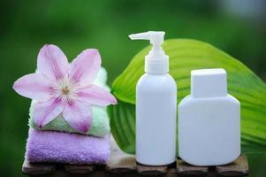 Spa-Behandlung mit natürlichen Cremes und Ölen foto