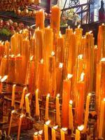Vielzahl von gelben Kerzen foto