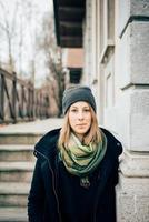 junge schöne hipster sportliche blonde frau
