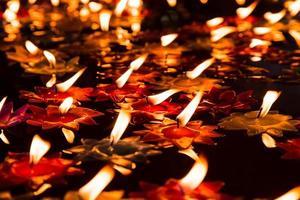 helle Kerze schwimmt auf heißem Öl foto