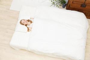kaukasische Frau schläft foto