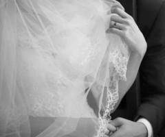 junges frisch verheiratetes kaukasisches Paar.