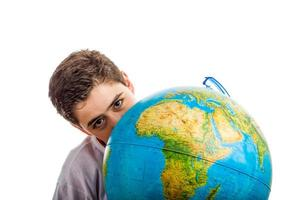 kaukasischer Junge versteckt hinter Globus foto