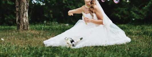 kaukasische schöne Braut am Hochzeitstag. foto