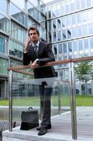 Porträt des jungen selbstbewussten kaukasischen Geschäftsmannes foto